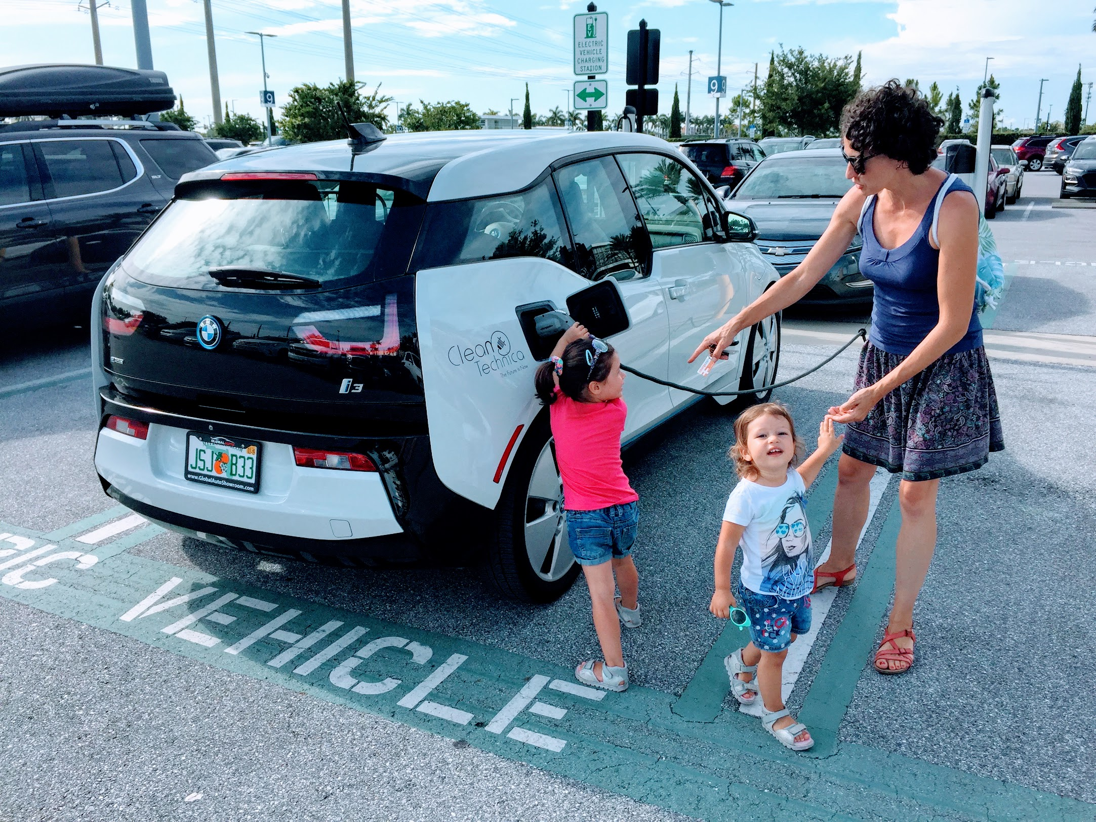 BMW-i3-girls-charging-ChargePoint-CleanTechnica-Metro