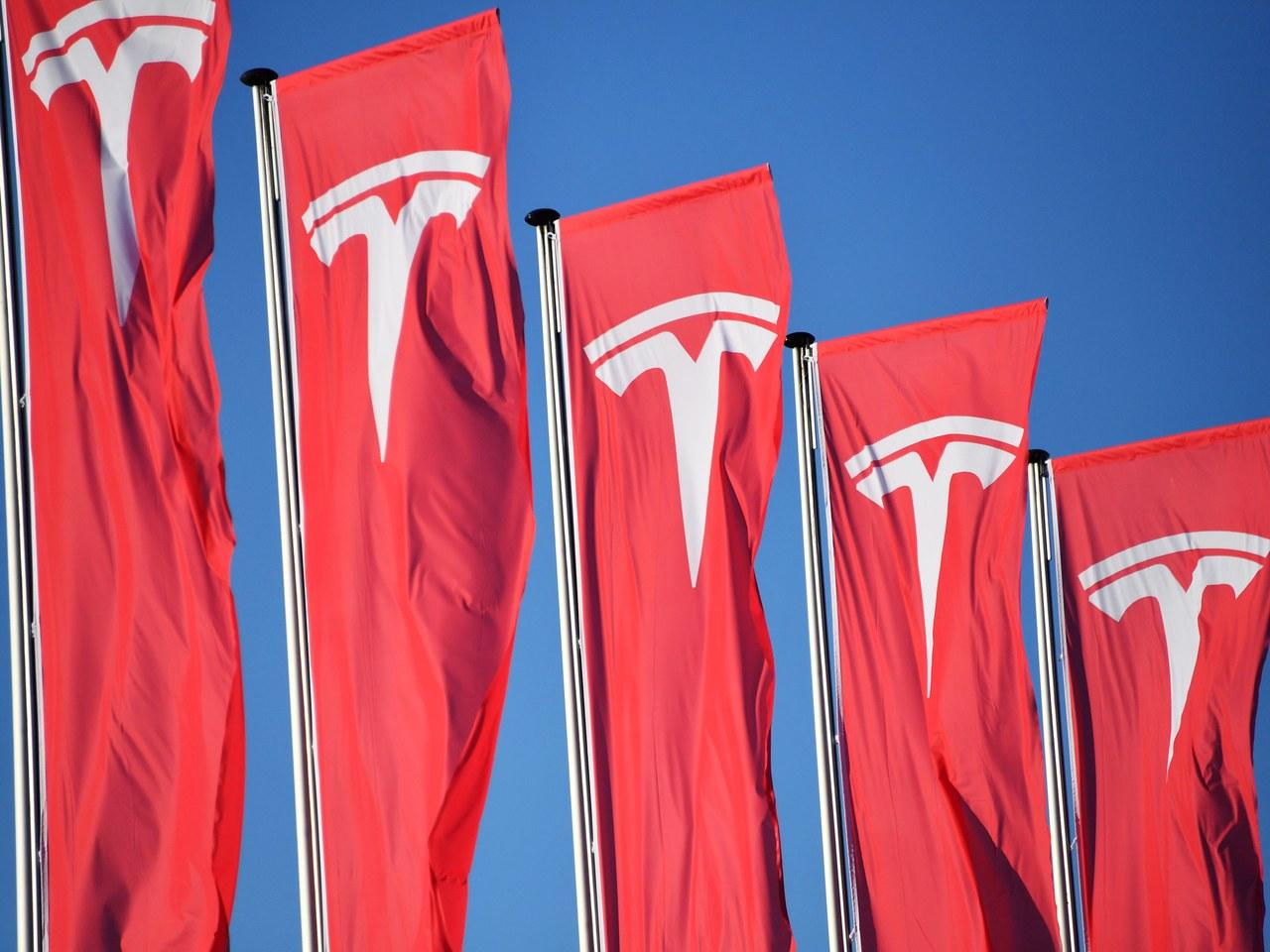 Tesla-1052193584