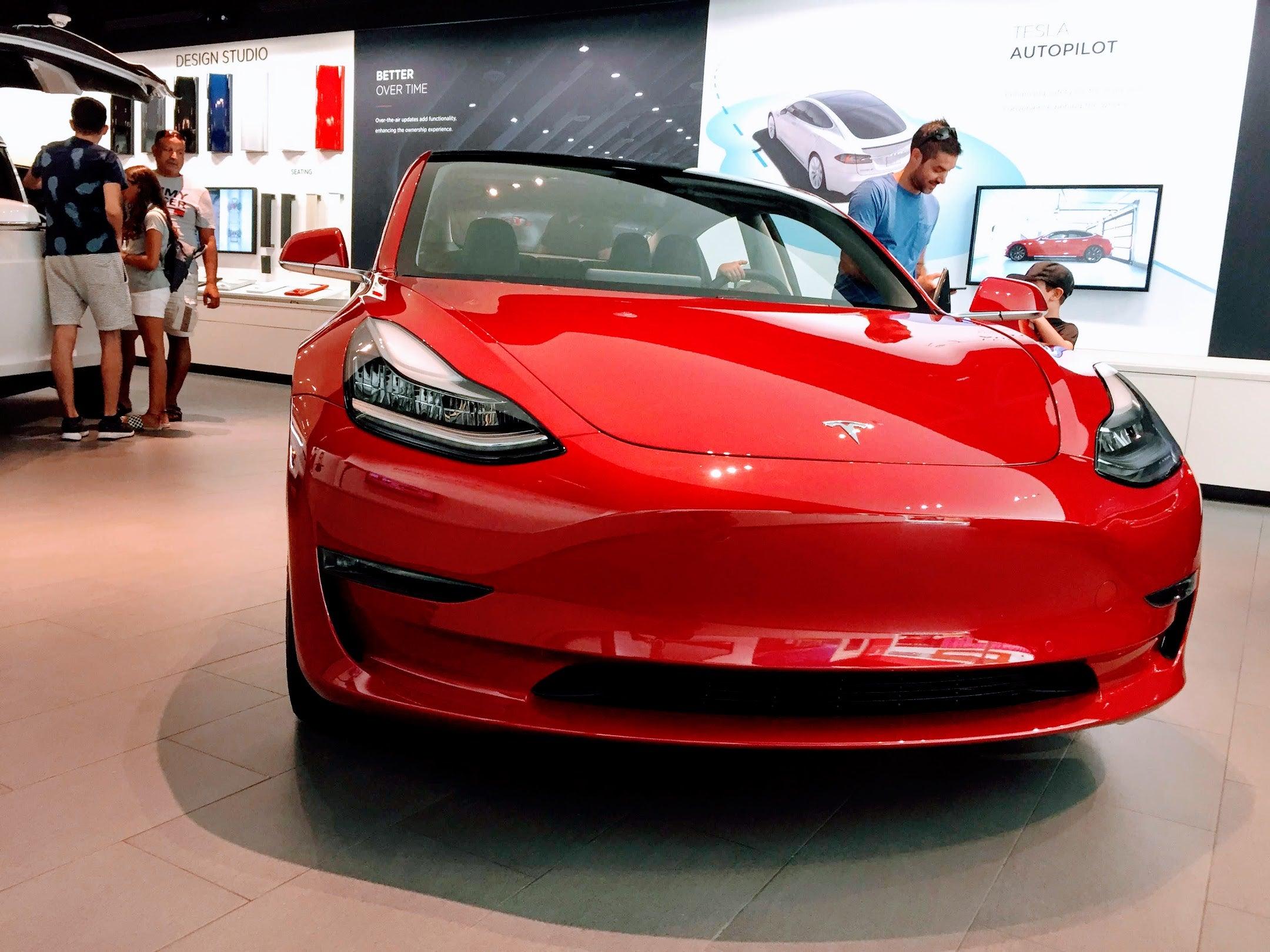 Tesla-Store-Kids-Zach-Shahan-CleanTechnica
